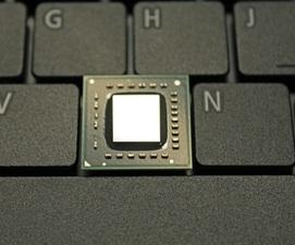 Un procesor (APU) E-350 pe tastatura unui laptop