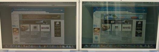 Comparatie intre un ecran mat (stanga) si un ecran glossy (dreapta), ambele folosite in acelasi laptop