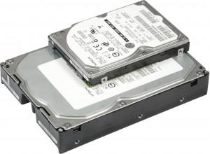 Comparatie intre dimensiunile unui hard disk de desktop (jos) si ale unui hard disk de laptop (sus)